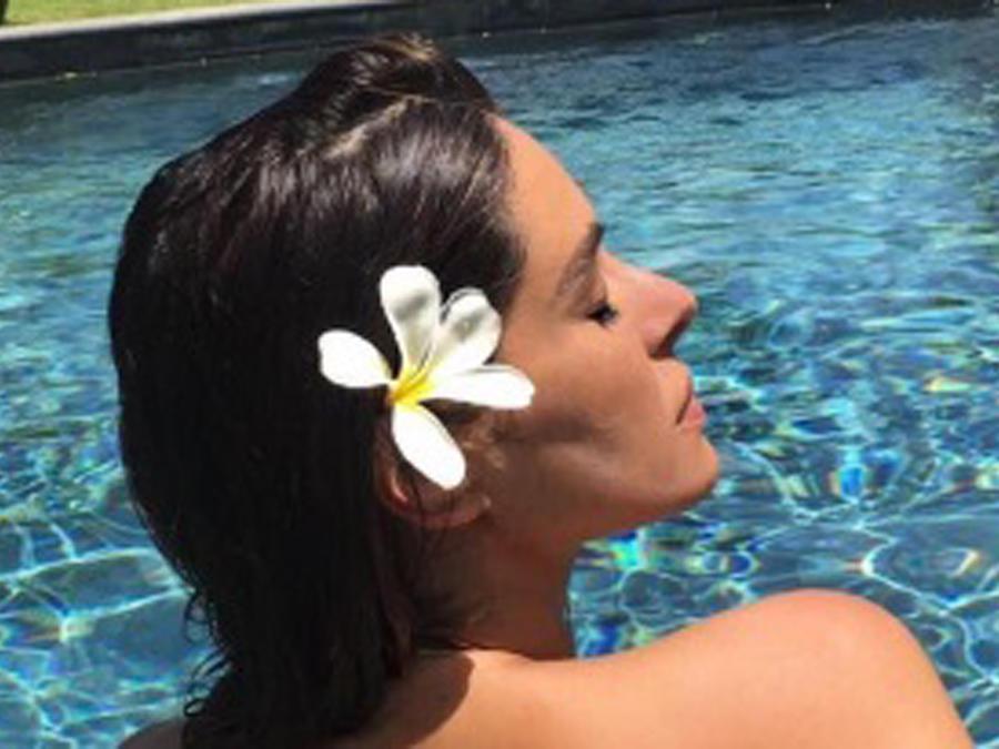 Galilea Montijo posando topless en la piscina