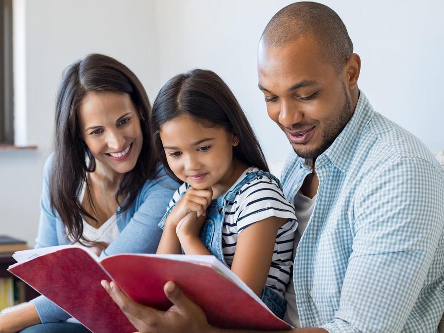 Familia de tres lee
