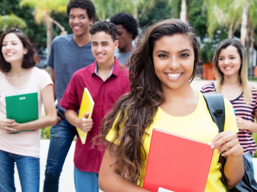 Grupo de estudiantes en campus