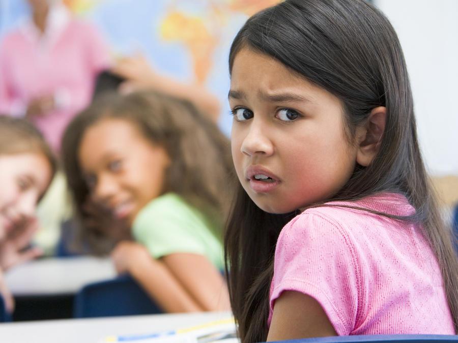 Niña sufriendo acoso escolar en clase