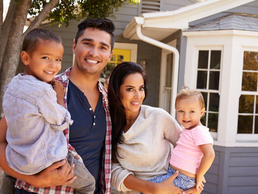 Familia frente a su casa nueva
