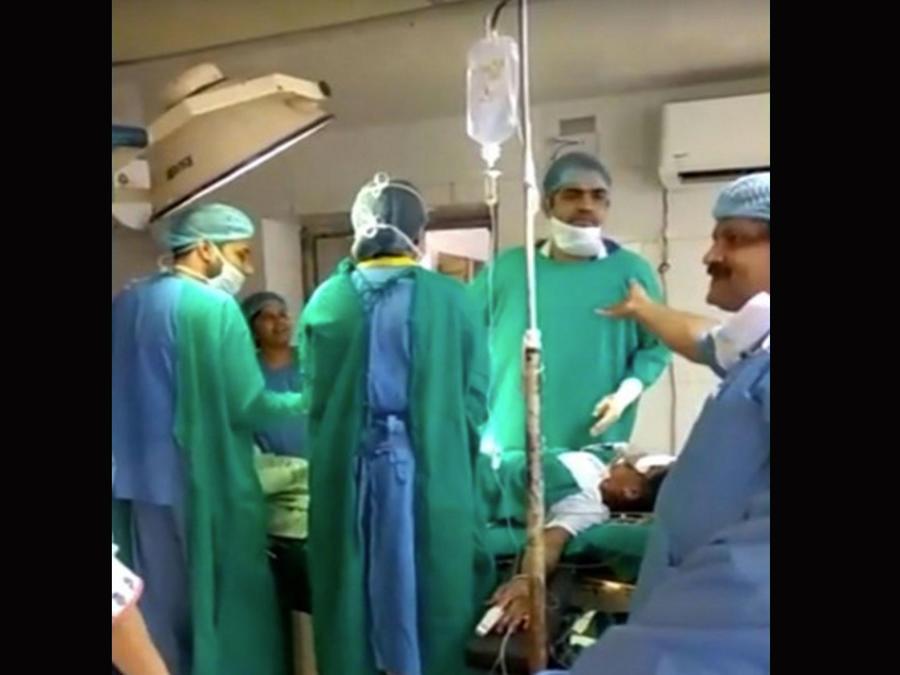 Un bebé muere en plena cesárea mientras dos médicos discuten (VIDEO)