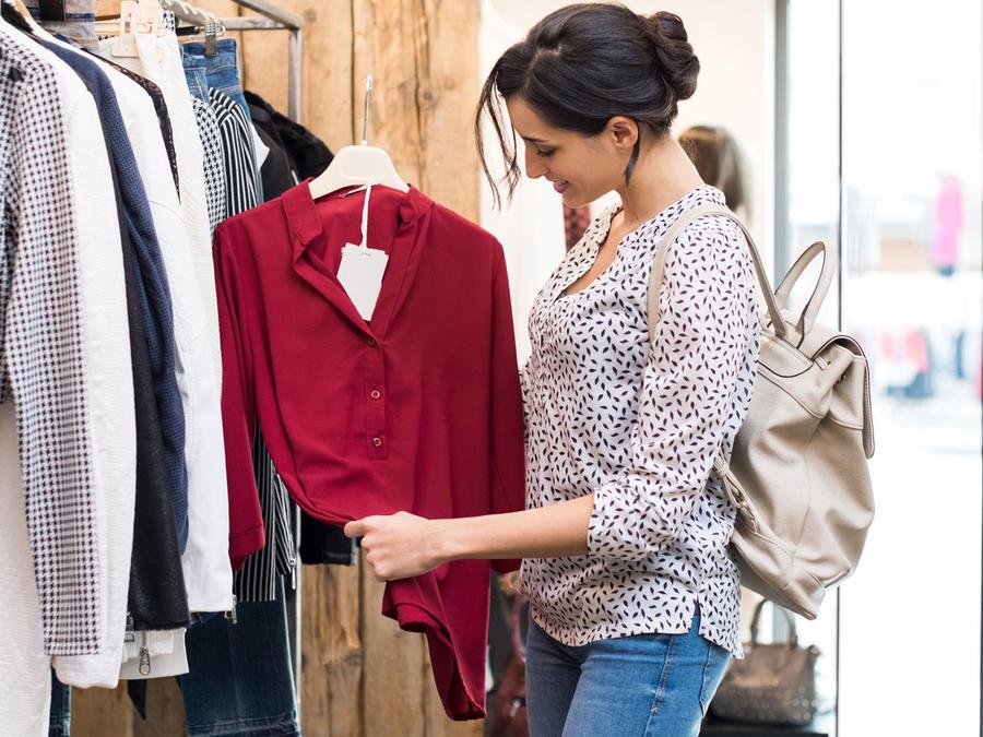 Mujer joven comprando ropa