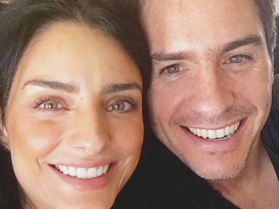 Aislinn Derbez y Mauricio Ochmann sonriendo