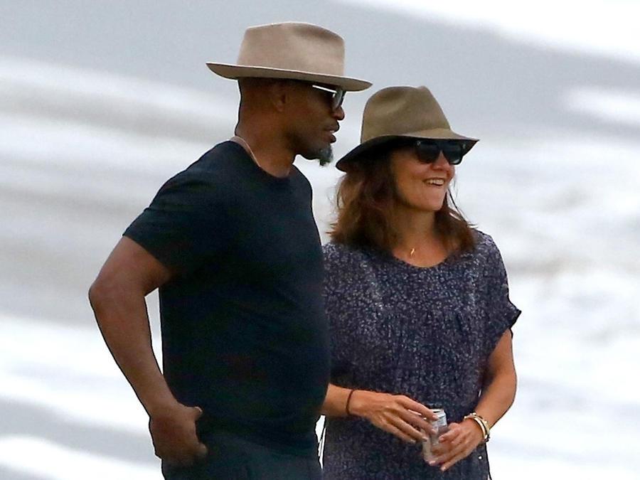 Katie Holmes y Jamie Foxx en la playa