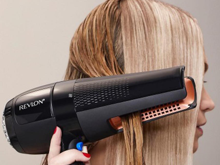 Mujer planchándose el cabello