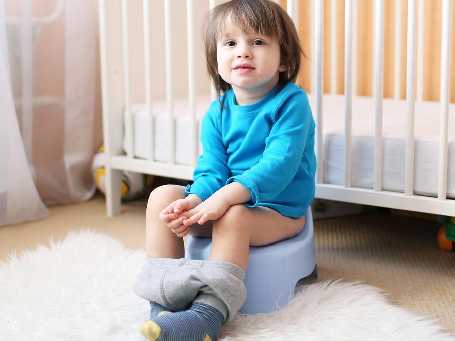 Niño sentado en una bacinilla
