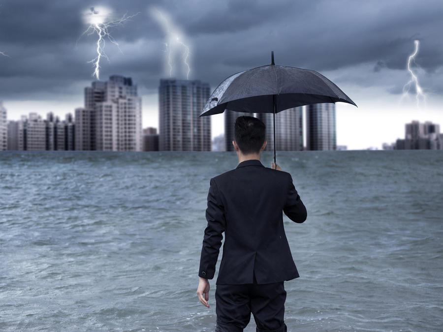 Hombre de negocios en una inundación causada por una tormenta