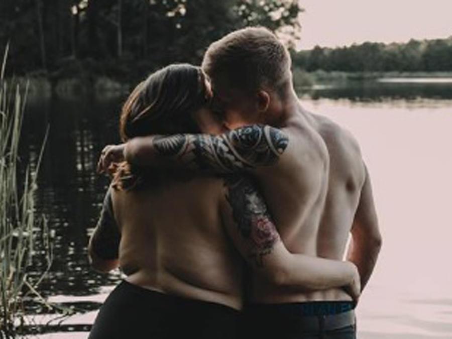 Stephanie y Arryn abrazados