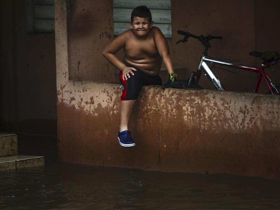 Un muchacho en una zona inundada por María en Ingenio, Puerto Rico.