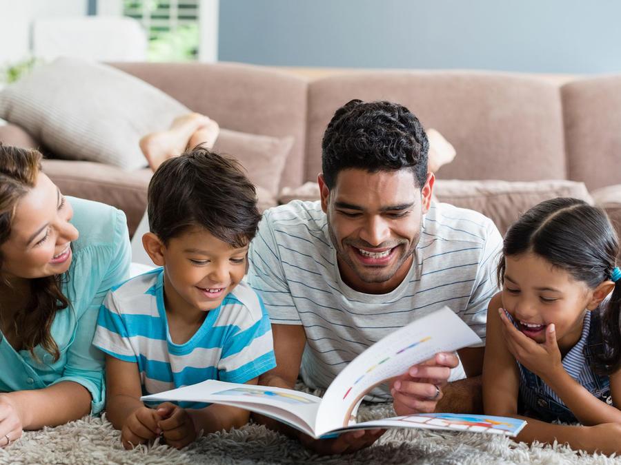 Familia hispana leyendo