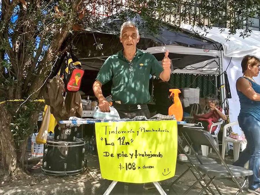Don Enrique Alcántara, tintorero, intenta recuperarse tras el sismo en México