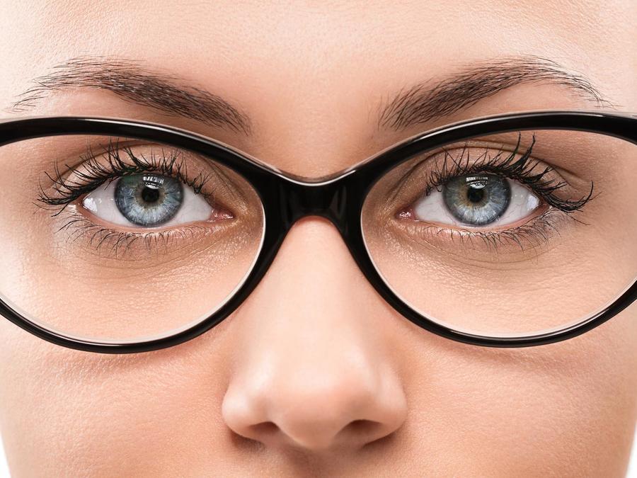 Mujer usando gafas