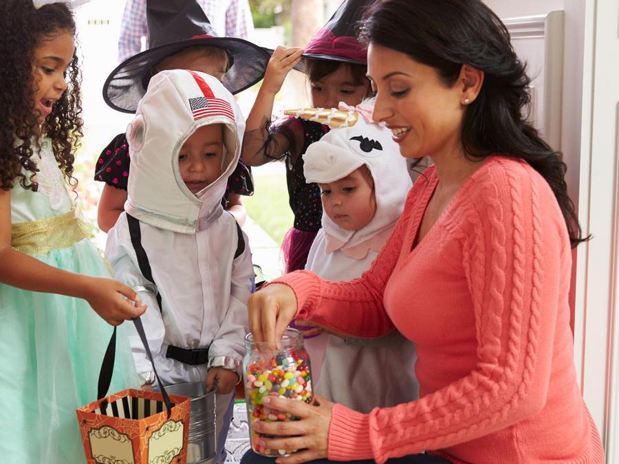 Señora repartiendo dulces en Halloween