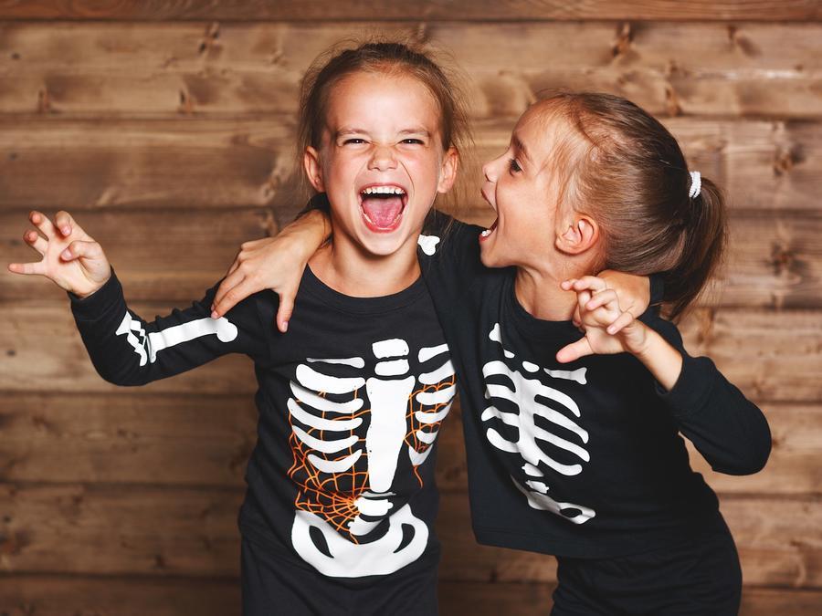 Dos niñas con disfraz de esqueleto