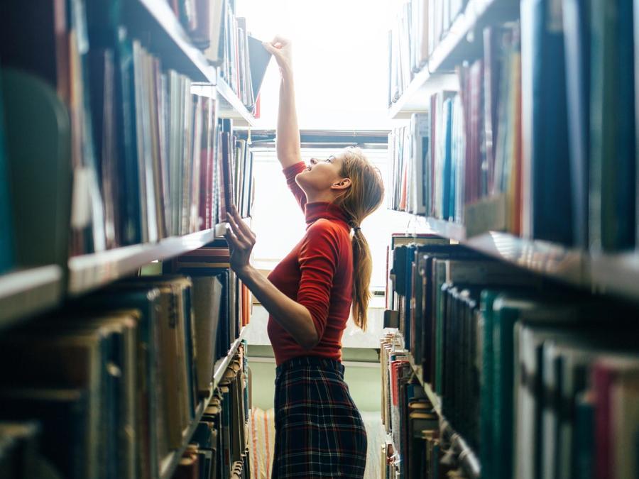 Mujer buscando un libro