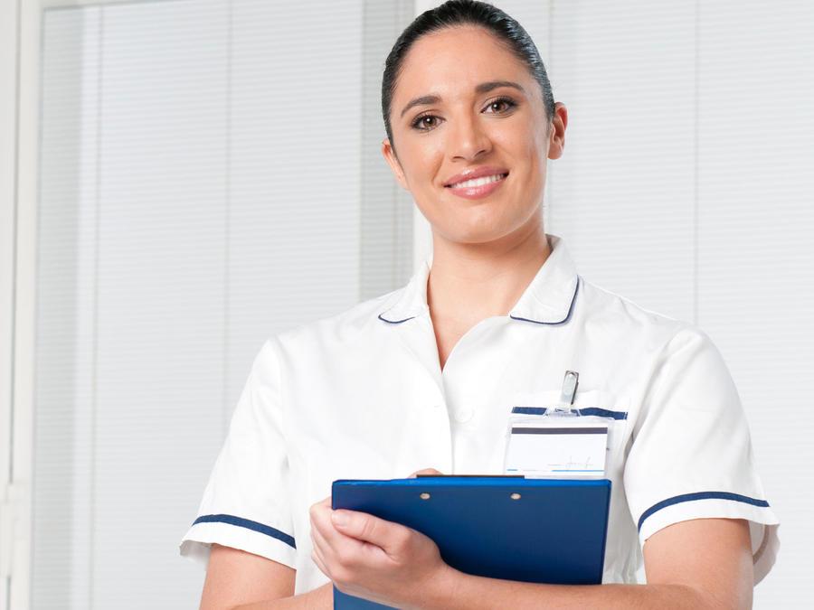 Enfermera latina sonriendo