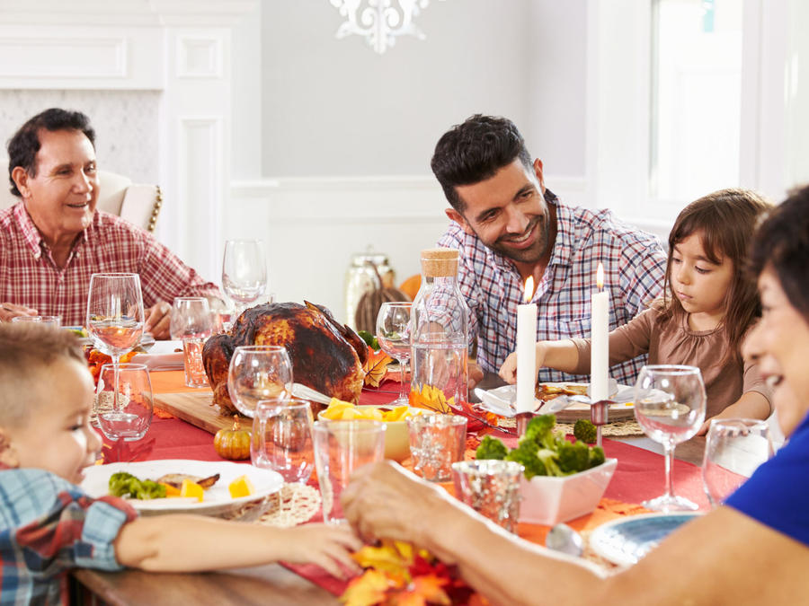 Familia latina comiendo