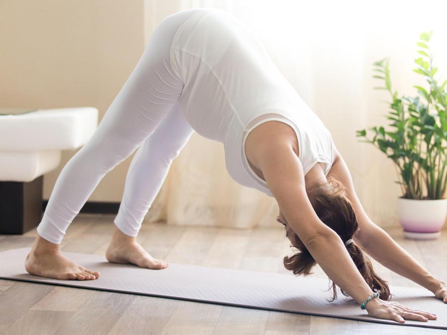 Embarazada haciendo yoga en casa