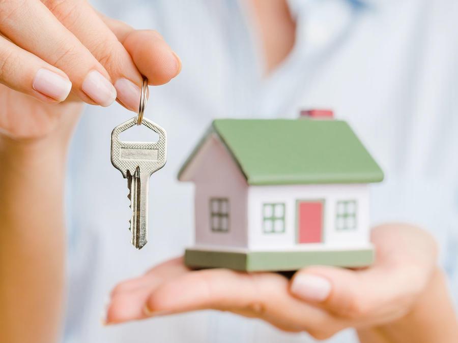 Mujer con llaves de su nueva casa