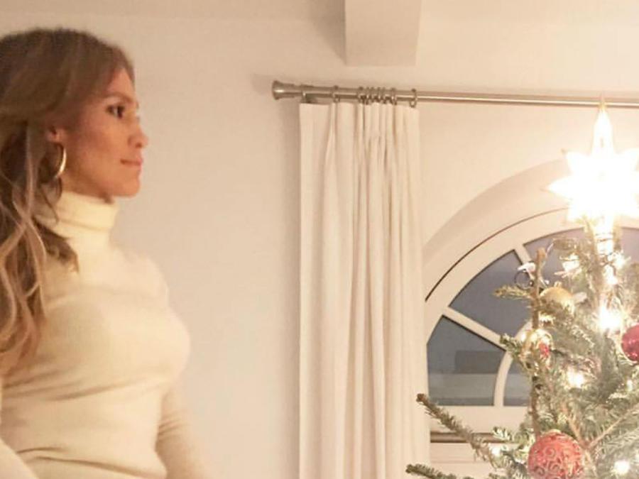 Jennifer Lopez viendo su arbolito