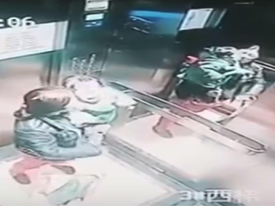 Niñera enciende a puños a niño (VIDEO)