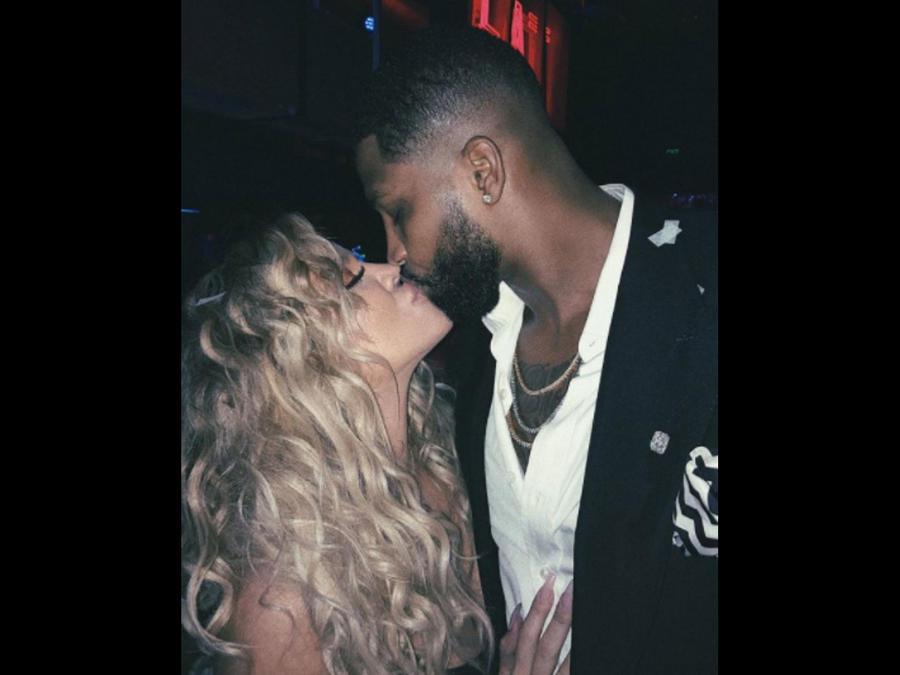 Khloé Kardashian besando a su novio Tristan Thompson