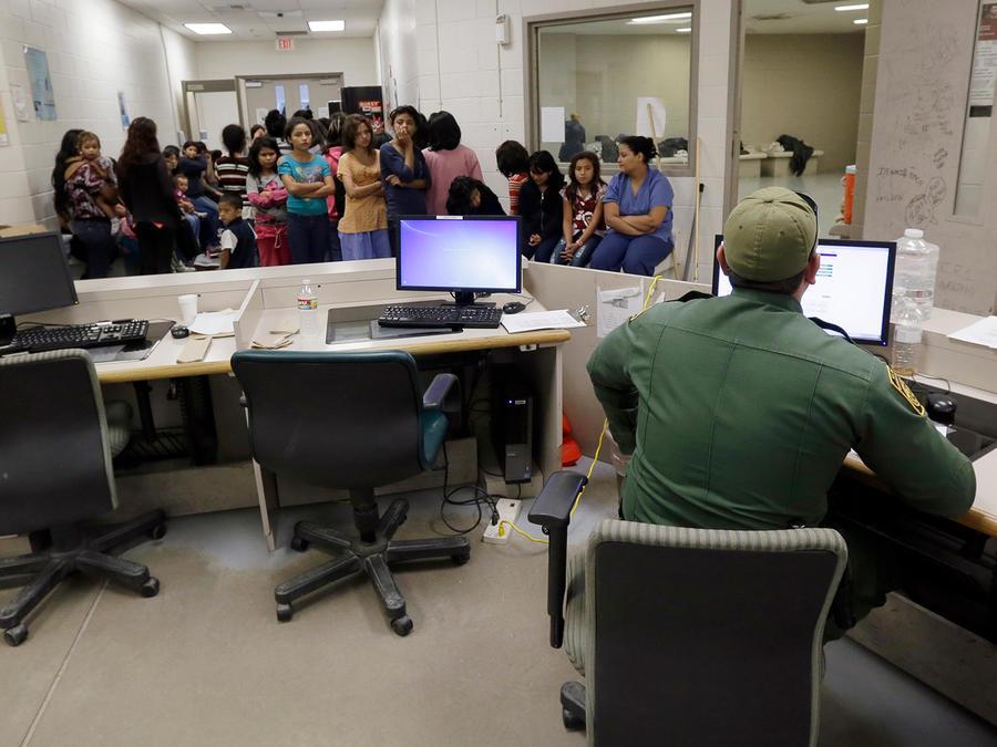 Agentes de inmigración procesan a inmigrantes en una oficina en Brownsville, Texas debido a demoras en las cortes. Foto de archivo, junio 18 del 2014