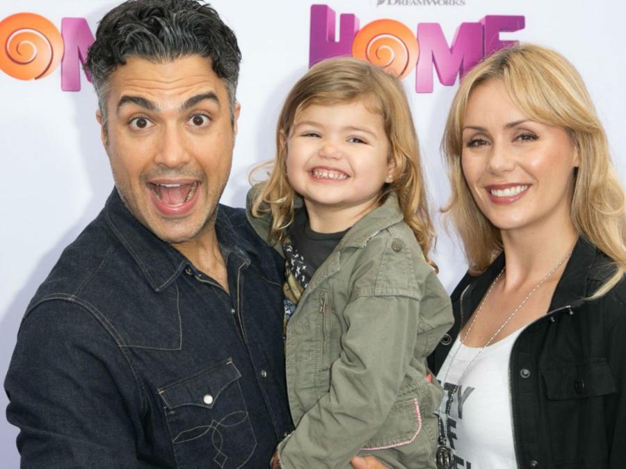 Jaime Camil con su hija y su esposa