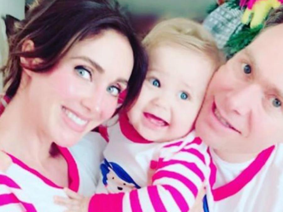 Anahí con su esposo y su hijo