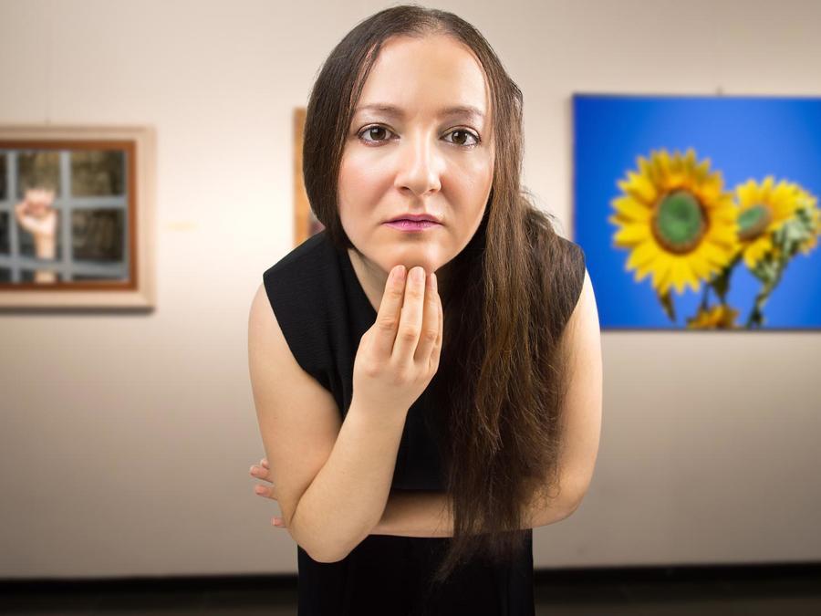 Mujer mirando obras de arte