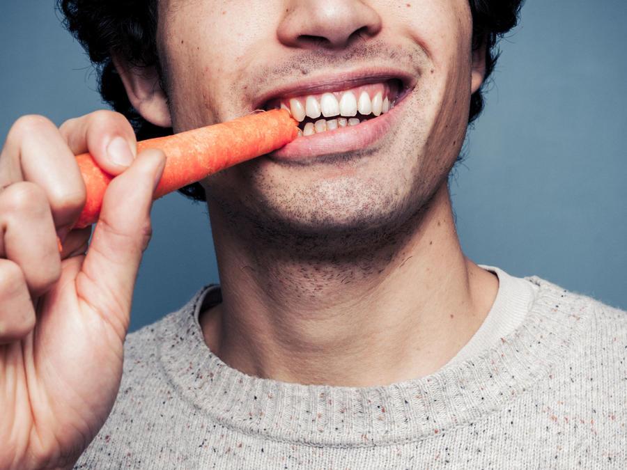 Hombre comiendo zanahoria