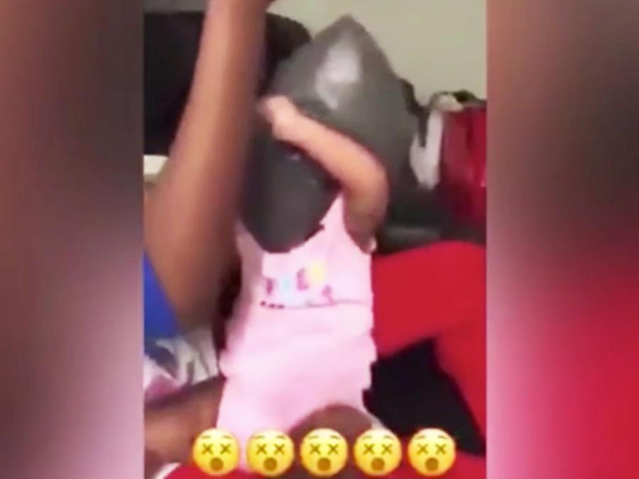 Bebé con bolsa plástica en la cabeza