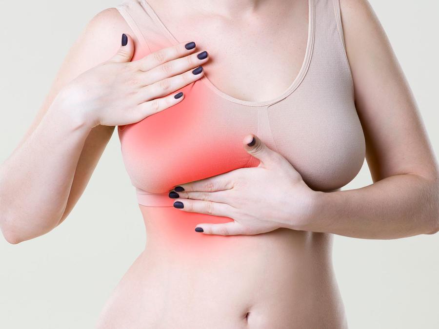 Mujer con dolor de seno