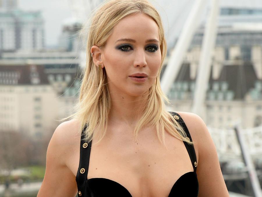 Jennifer Lawrence con vestido escotado