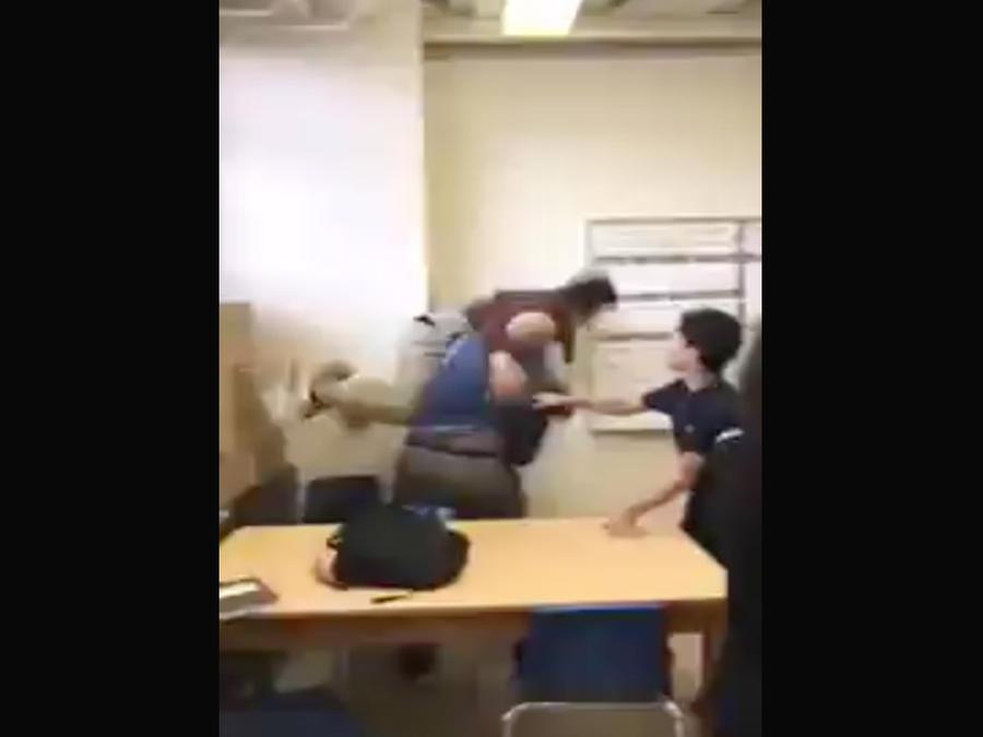 Profesor agrede violentamente a uno de sus alumnos (VIDEO)