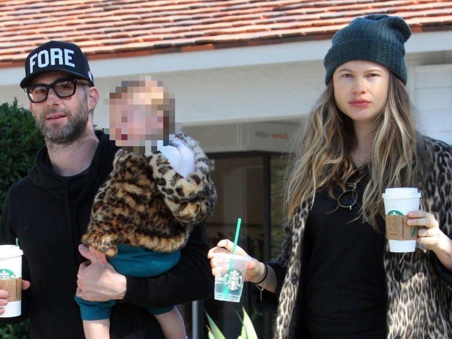 Adam Levine y Behati Prinsloo con su hija Dusty Rose