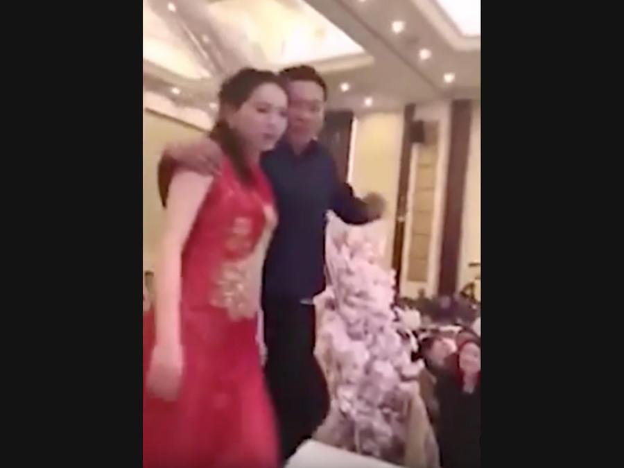 Un suegro borracho besa a la novia durante la boda y enfurece a los invitados (VIDEO)