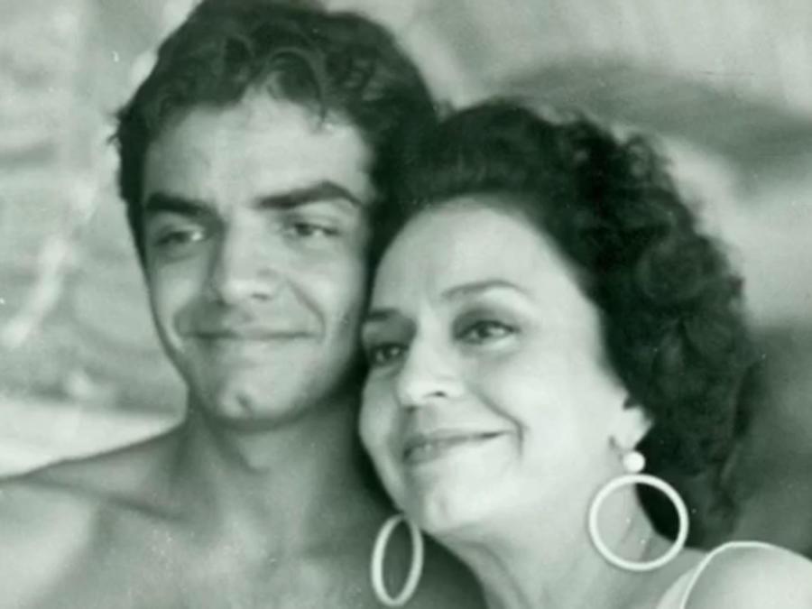 Eugenio Derbez abrazando a su mamá