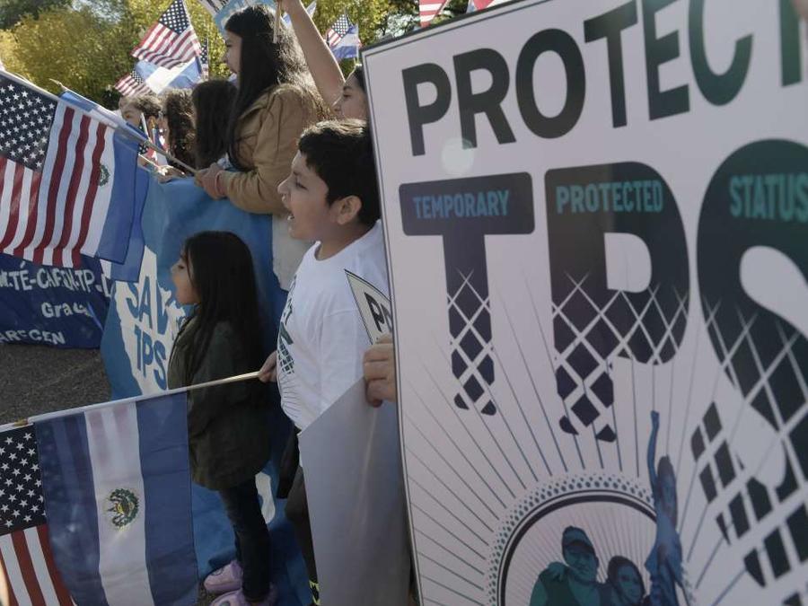 Personas protestan a favor del TPS