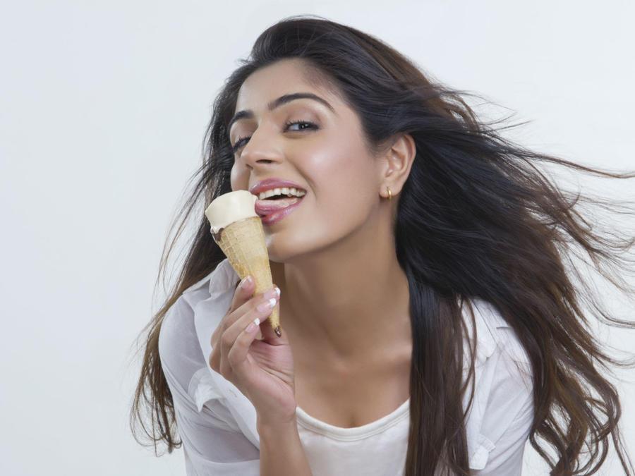 Mujer comiendo helado sensualmente