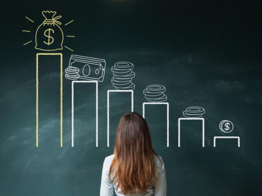 Mujer considerando salario