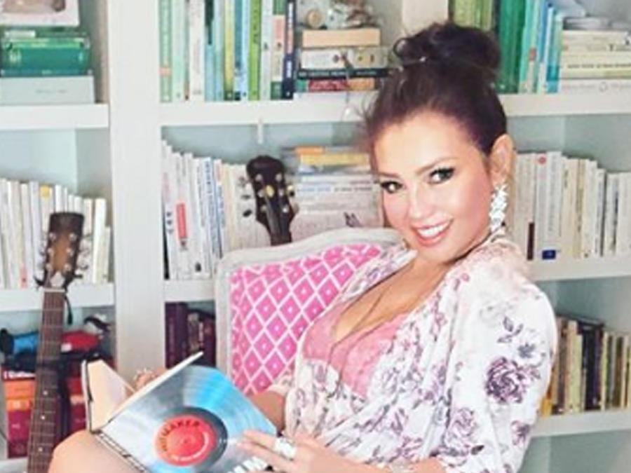 Thalía leyendo
