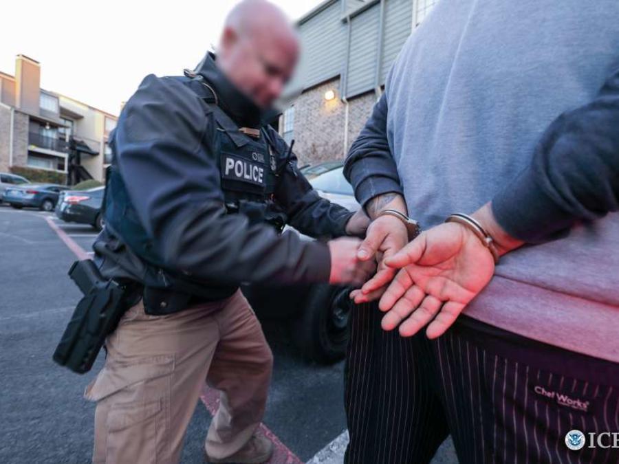 Archivo: Inmigrante arrestado por agente de ICE