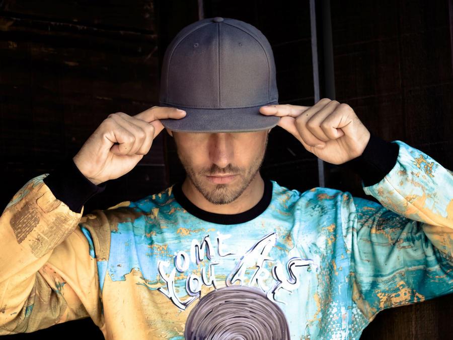 Hombre usando una gorra