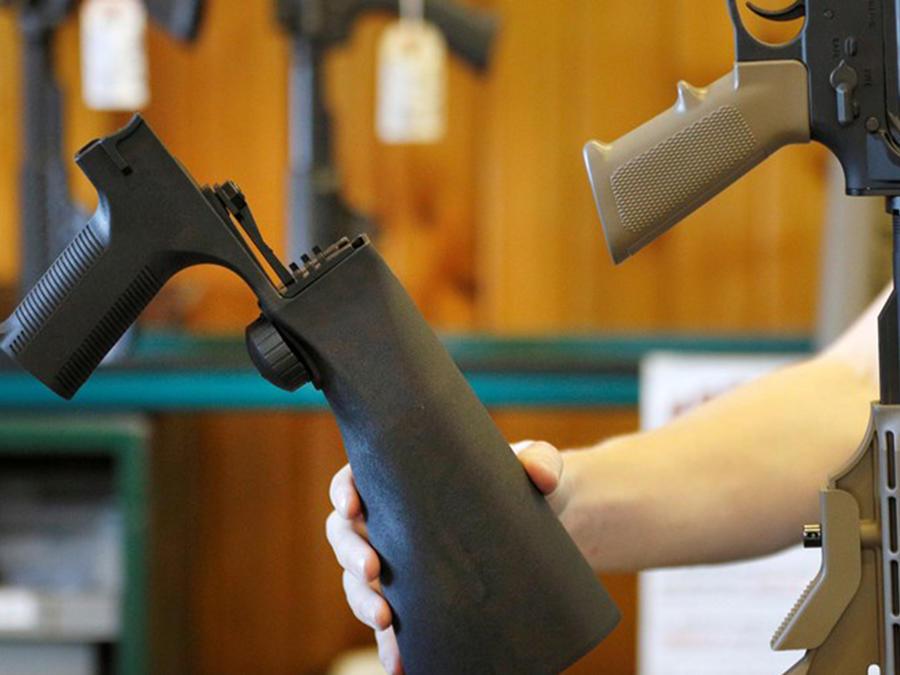 A la izquierda un dispositivo que aumenta la potencia de las armas, conocido como 'bump stock', y a la derecha un rifle semi automático