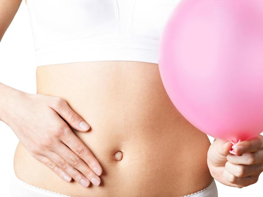 Mujer con globo en el abdomen