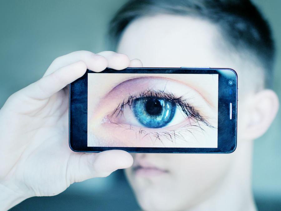 Close-up de un ojo usando un celular