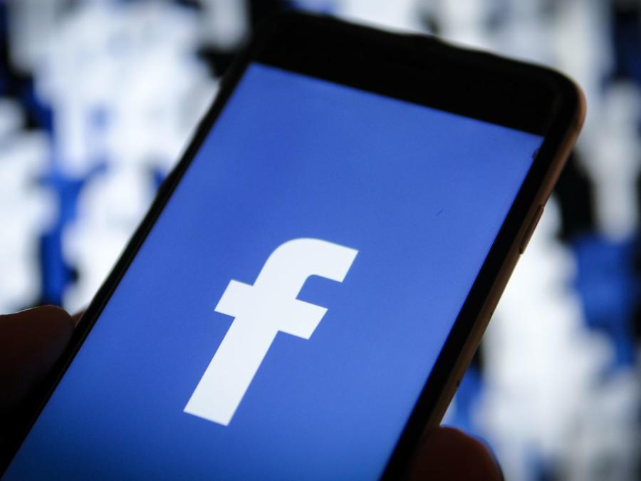 Logo de Facebook en un celular