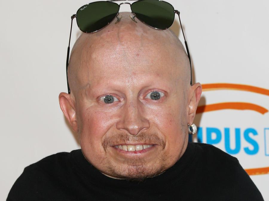 Verne Troyer sonriendo